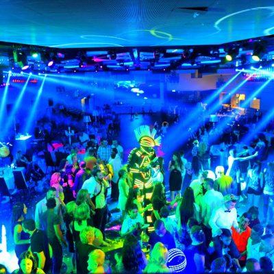 רחבת ריקודים בשילוב מופיע אורות